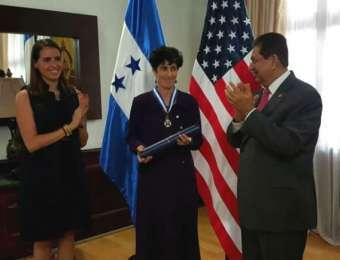 Con motivo de su partida del país: Gobierno condecora a Ministra Consejera de la Embajada de los Estados Unidos